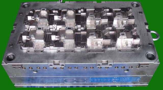8-Drop Hot Runner Injection Mold_Engine Cover_1